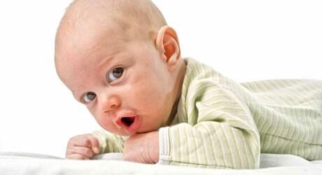 Ein Baby Overall ist ein perfektes Kleidungsstück für ein Baby