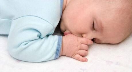Ein Baby braucht viel Schlaf