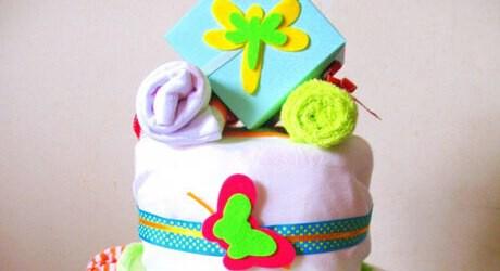 Eine Windeltorte ist ein Geschenk zur Geburt von einem Baby