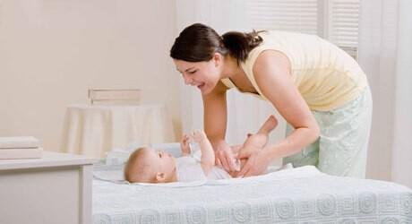 Die Hebamme hilft auch nach der Geburt von einem Baby im Wochenbett