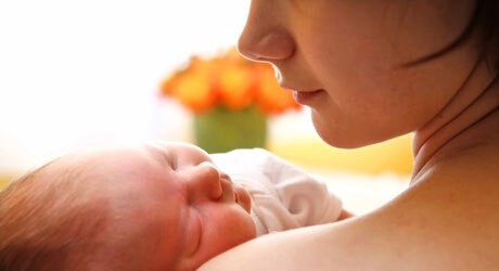 Baby und Mutter nach einer natürlichen Geburt