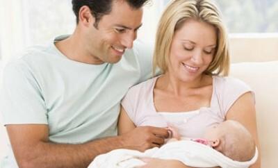 Foto von einem Paar mit einem Baby kurz nach Schwangerschaft und Geburt