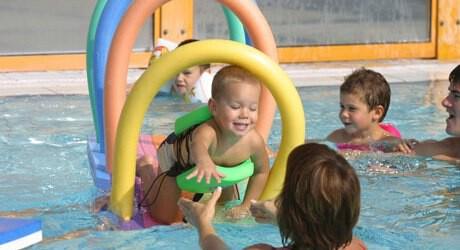 Foto von einem Baby und Schwimmnudeln in einer Therme