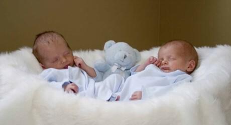 Foto von Zwillingen kurz nach der Geburt