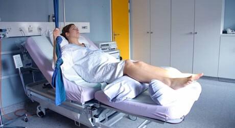 Foto einer Frau vor der Geburt eines Babys in einem Krankenhaus