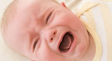 Foto von einem schreienden Baby mit Verstopfung