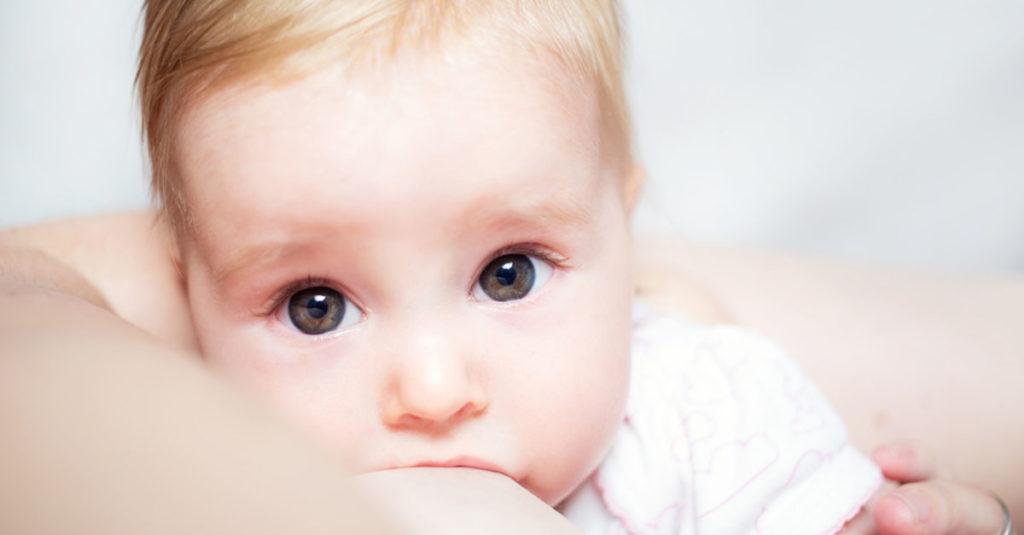 Baby schwitzt beim Stillen