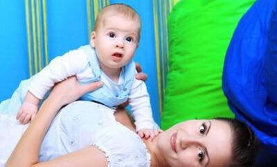 Eltern-Kind-Turnen mit einem Baby