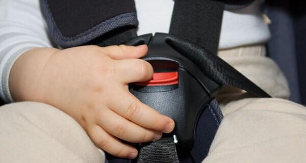 Die Vorschriften in Bezug auf einen Kindersitz sind unbedingt einzuhalten