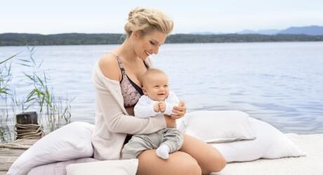 Mutter mit einem Still BH in einer großen Größe beim Stillen von einem Baby