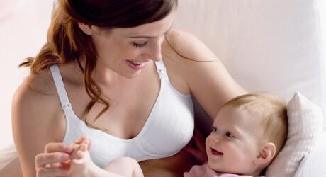 Mutter mit Still-BH und Baby