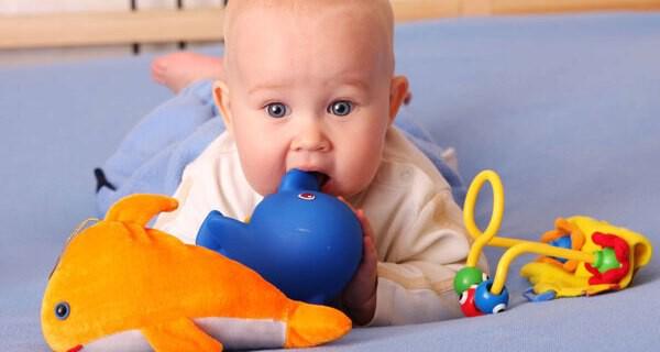 Baby Entwicklung im Monat 8