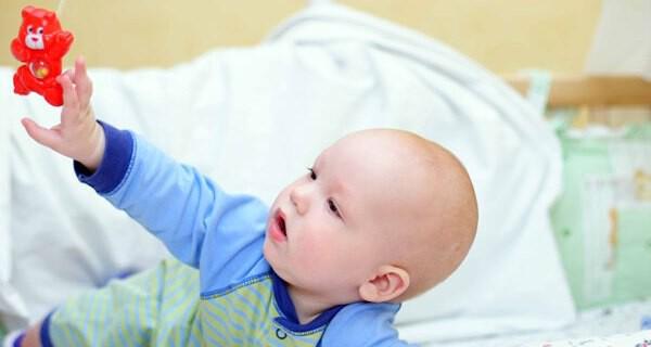Wann beginnt ein Baby zu greifen