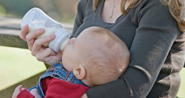Flaschennahrung für ein Baby aus einem Fläschchen