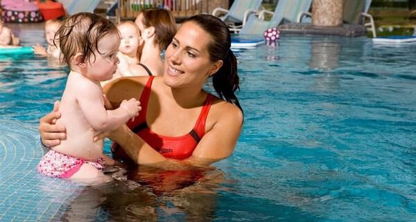 Das Kinderhotel Babymio bietet auch Babyschwimmen an