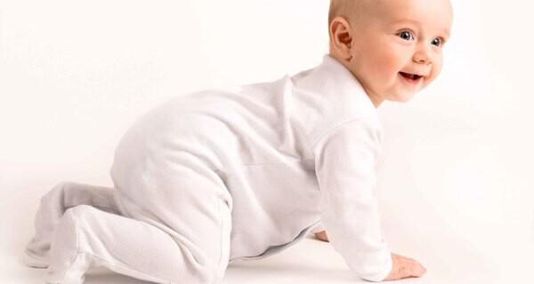 Krabbeln und Bewegung beim Baby fördern