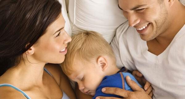 Tipps für sicheres Schlafen im Bett der Eltern für ein Baby
