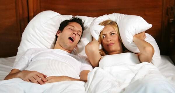 Schlafentzug bei jungen Eltern von einem Baby
