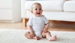 Wann beginnt ein Baby zu sitzen
