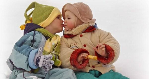 Ein Skioverall ist für ein Baby im Winter nahezu ideal