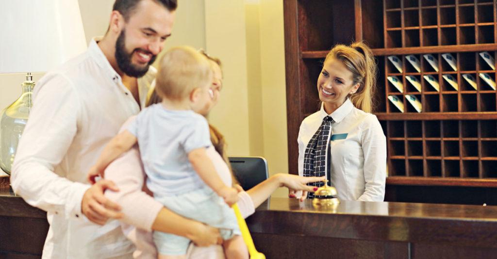 Kind im Hotelzimmer