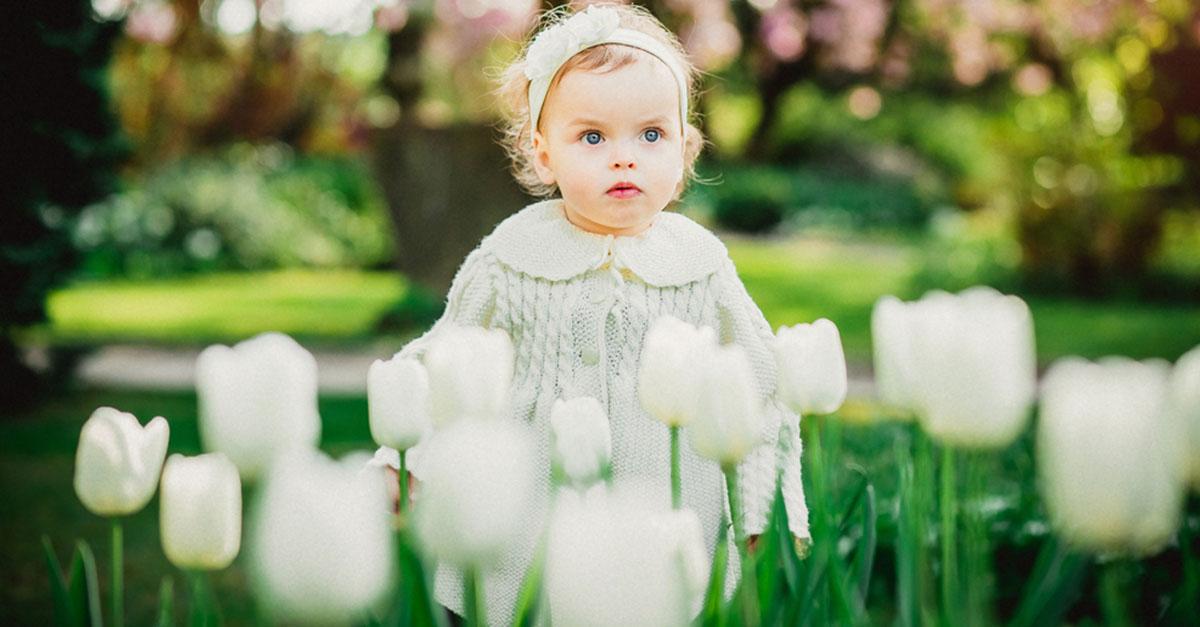 Baby anziehen im Frühling