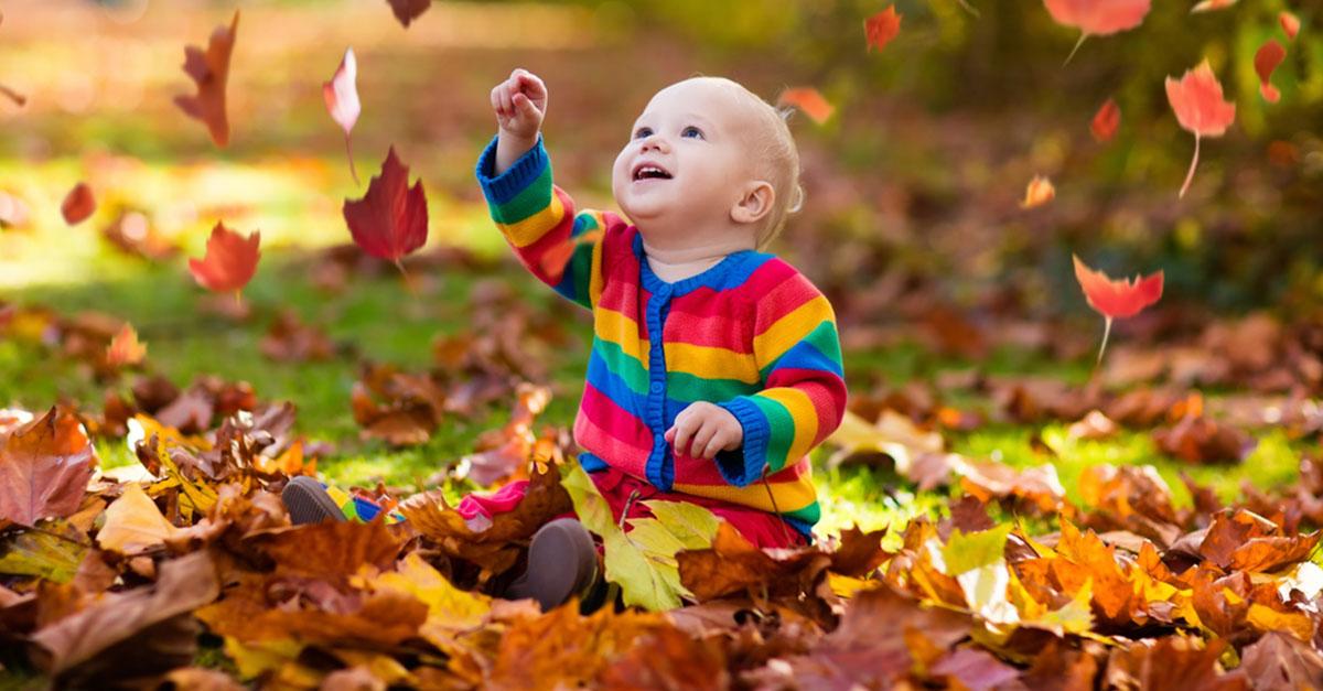 Baby anziehen im Herbst