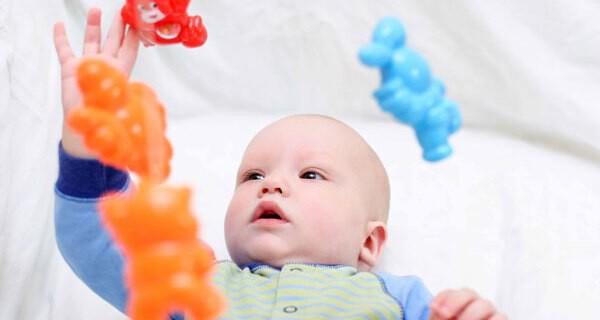 Meilensteine greifen beim baby
