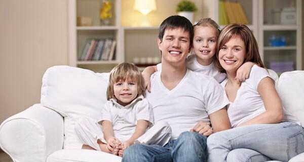 Junge Eltern mit Kindern