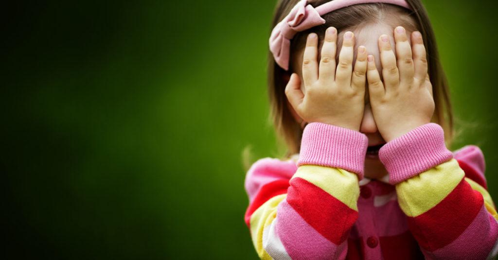 Kind ist schüchtern