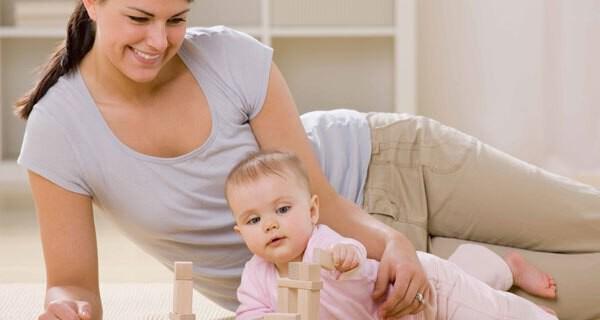 Vollzeitmütter kümmern sich nebst Kind und Baby um Haushalt und mehr