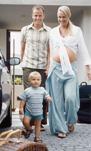 Eltern mit Kind beim Urlaubsantritt