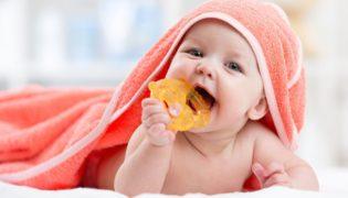 Warum stecken Babys alles in den Mund?