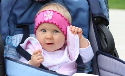 Festliche Babykleidung für ein Kleinkind sieht immer niedlich aus