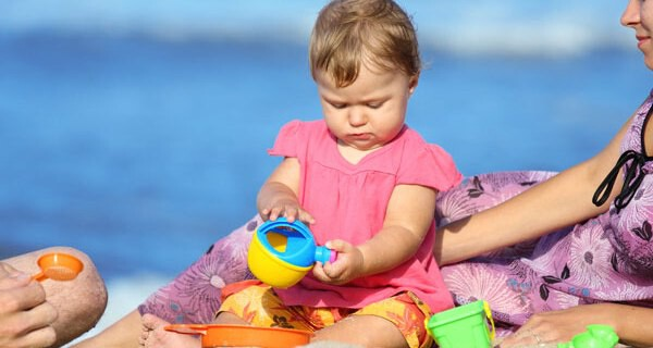 Sonnenschutzkleidung für ein Baby