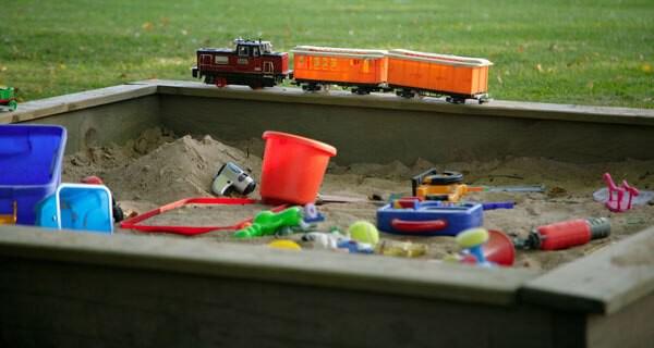 Spielgeräte für den eigenen Garten machen Baby und Kind viel Spass