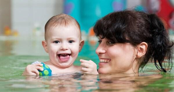 Babyschwimmen ist für Kind und Eltern lustig und ein Ereignis