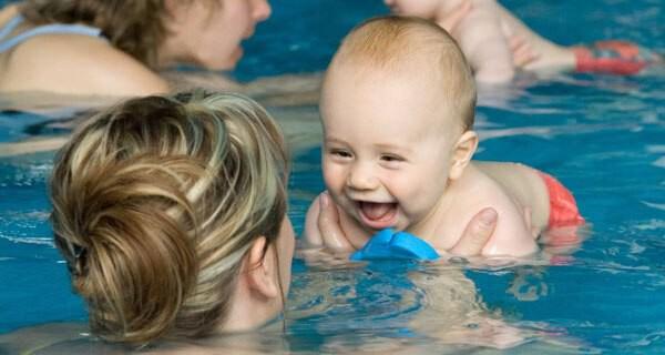 Babyschwimmen ist für Kleinkind und Eltern ein Spass