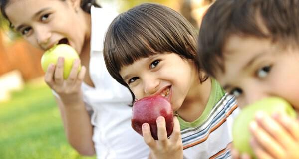 Eltern sollten auf gesunde Ernährungsregeln für Kinder achten