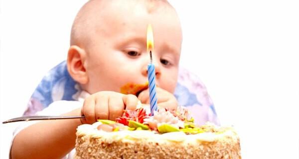 Den ersten Geburtstag eines Babys feiern Kinder und Eltern gerne