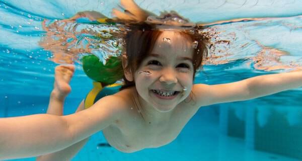 Kleinkindschwimmen sorgt bei Eltern und Kind für viel gute Laune