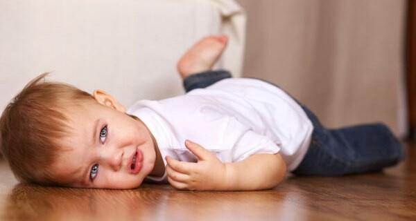 Reflexe eines neugeborenen Kindes verblüffen Eltern oft