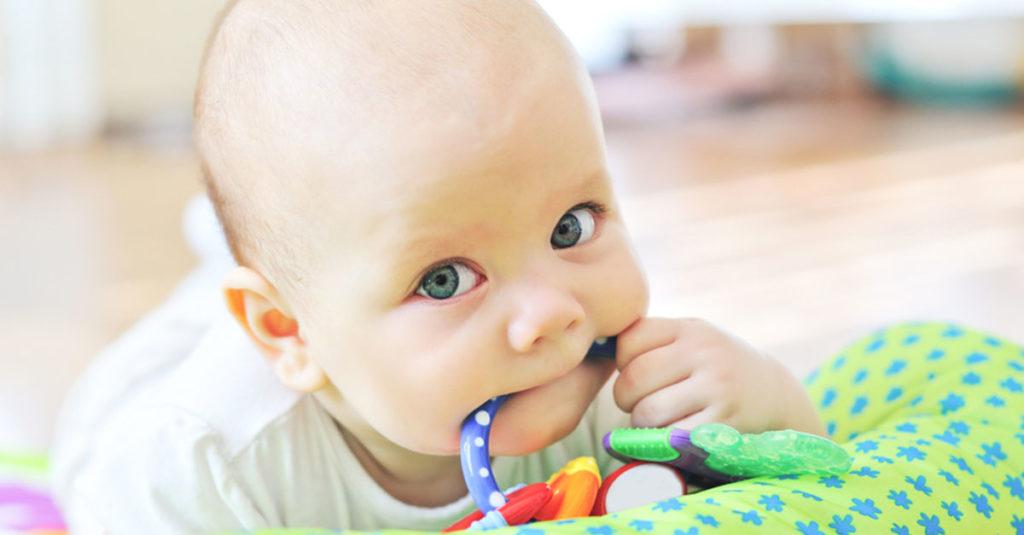 Baby zahnt