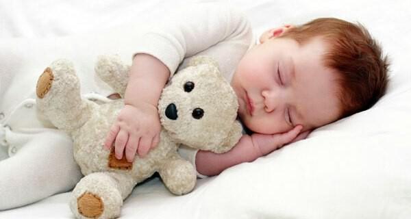 Vielle Eltern kaufen ein Baby-Beistellbett für ihr Kind