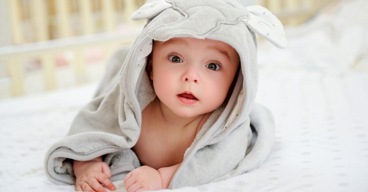Baby im Handtuch