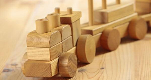 Viele Eltern mit Kind stellen sich die Frage ob Holzspielzeug oder Plastikspielzeug besser für das Baby ist