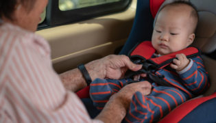 Sicherheit von Baby und Kind im Auto