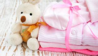 Das Baby anziehen: einfach und richtig
