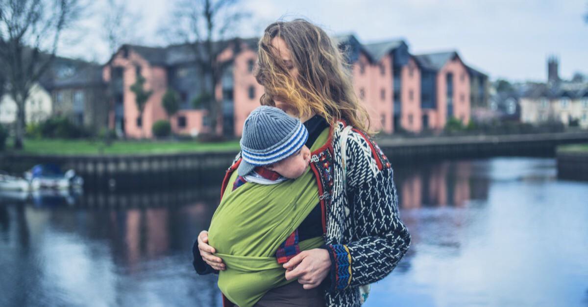 Mutter mit Baby in Tragetuch