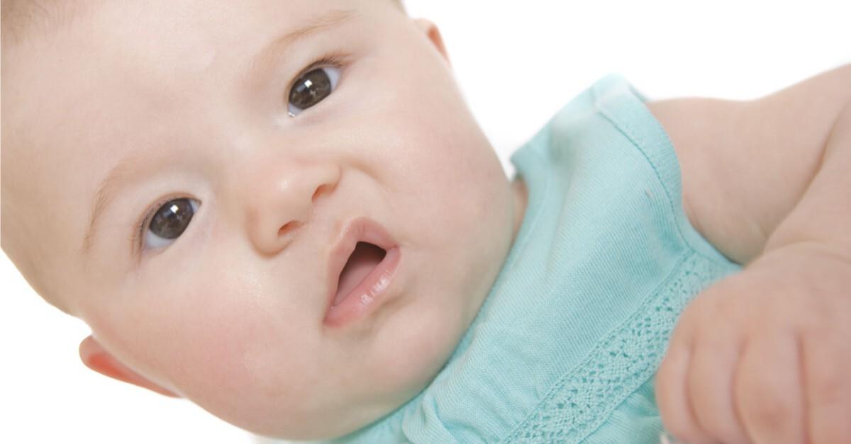 Baby verzieht Gesicht